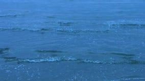 平静冷海波浪飞溅 无休止的深大海 哀伤的内存 股票录像