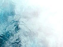 平静和冥想的蓝绿色流动的水起波纹 免版税库存图片