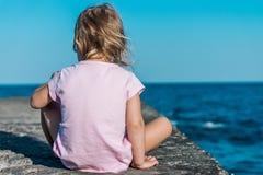 平静地冥想海的孩子 免版税图库摄影