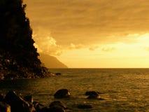 平静沿海的日落 库存照片