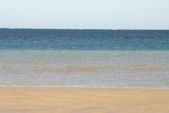 平静海滩海洋含沙的场面 免版税库存图片
