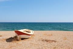 平静海滩的小船 库存照片
