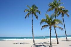 平静海滩的掌上型计算机 免版税库存图片