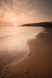 平静海滩的日落 库存照片