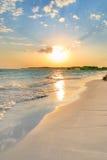 平静海滩的日落 库存图片