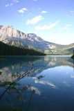 平静湖的山 免版税库存照片
