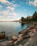平静的加尔达湖海岸 图库摄影