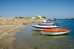 平静的在斯基罗斯岛isla港口的场面os小渔船  库存照片