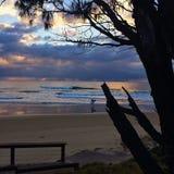平静的多云海滩日出天空 免版税库存照片
