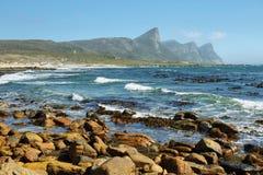 平静的多岩石的海滩在开普敦半岛 免版税库存照片