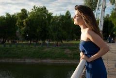 平静的女孩在河附近享有生活 图库摄影