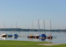 平静的小的港口在湖的早晨 免版税图库摄影