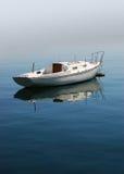平静的小船 免版税库存照片