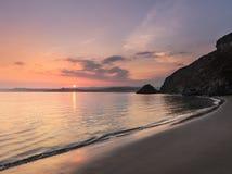 平静的日落, Polkerris海滩,康沃尔郡 免版税库存图片
