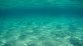 平静的水下的场面三上色水深并且铺沙 库存图片