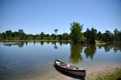 平静的水 库存照片