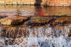 平静的池水和瀑布 库存照片