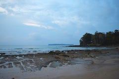 平静的海滩、天空蔚蓝和一个海岛在距离-海景在黎明-西塔普尔,尼尔海岛,安达曼,印度 免版税库存图片