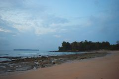 平静的海滩、天空蔚蓝和一个海岛在距离-海景在黎明-西塔普尔,尼尔海岛,安达曼,印度 免版税库存照片