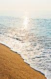 平静的海滩日出 免版税库存图片