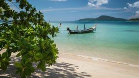 平静的海滩在普吉岛,泰国 免版税库存图片