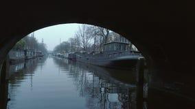 平静的渠道看法有小船的在冷的季节 股票视频