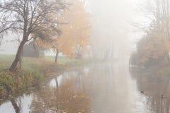 平静的秋天横向-湖和结构树 免版税库存照片