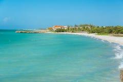 平静的鲜绿色海洋,白色沙子惊人的看法  库存照片