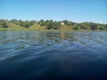 平静的水 库存图片