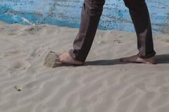 平静走在沙子 免版税库存图片