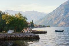 平静 地中海美好的横向 黑山 科托尔湾和Prcanj镇看法  库存图片