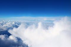 从平面天空阳光自然背景蓝色看见的云彩 免版税库存图片