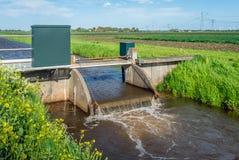 水平面控制的小测流堰从关闭 库存照片
