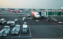 平面的亚洲航空在KLIA 2,吉隆坡准备离开 免版税库存图片
