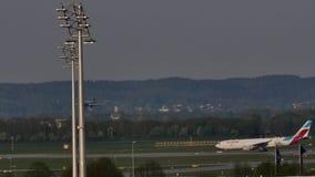 平面着陆在慕尼黑机场,春天