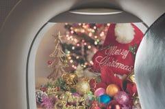平面窗口和圣诞节装饰品 免版税库存照片
