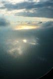 从平面窗口的海视图 免版税库存照片