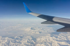 平面翼和山在一个美好的风景 免版税库存照片