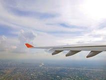 平面翼和蓝天与市曼谷 库存照片