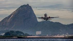 平面起飞在里约和Sugarloaf 库存照片