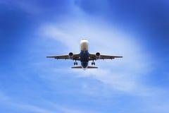 平面飞行通过在天空的云彩 喷气机 图库摄影