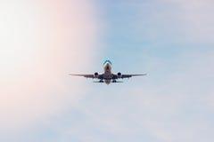 平面飞行通过在天空的云彩 喷气机 免版税库存照片