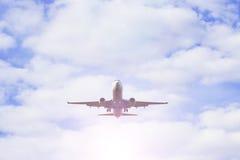 平面飞行通过在天空的云彩 喷气机 免版税图库摄影