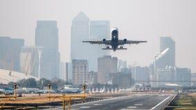 平面离开伦敦城市机场 免版税图库摄影