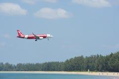 平面登陆的机场海滩前的风景 库存照片