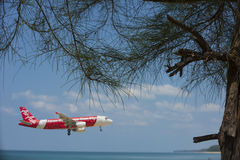 平面登陆的机场海滩前的风景 库存图片
