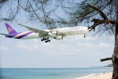 平面登陆的机场海滩前的风景 图库摄影