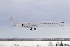 平面MD-83冬天着陆 免版税库存照片