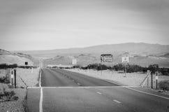 平直的沙漠路加利福尼亚 免版税库存照片