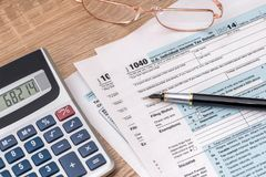 2018年与计算器的报税表1040 免版税库存图片